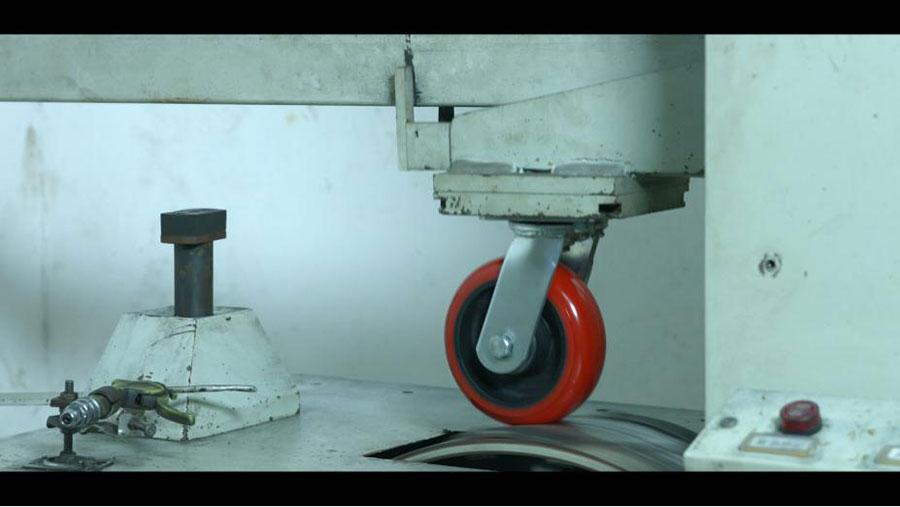 工业铝型材框架上的脚轮如何安装?