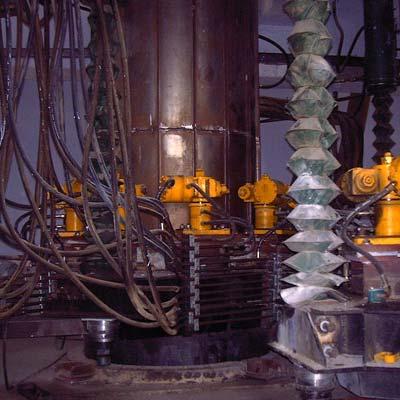 两侧的电极系统升降油缸