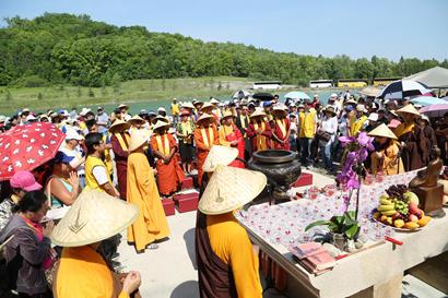 加拿大湛山精舍护生祈福法会在加国五台山灵泉湖边举行