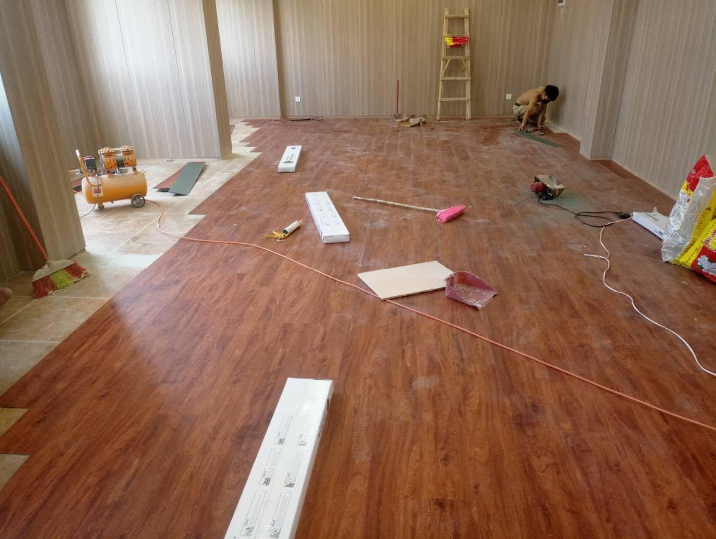 8-22广州姿采化妆品厂办公会议室 PVC锁扣地板施工
