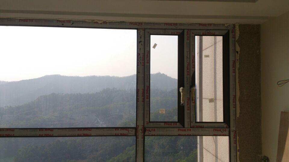 阳台铝合金门窗用什么材料好?