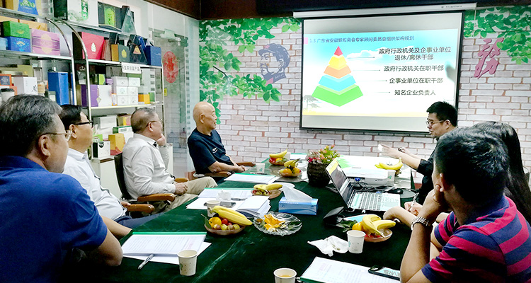 李振清执行会长向各位领导汇报蚌埠商会的工作情况