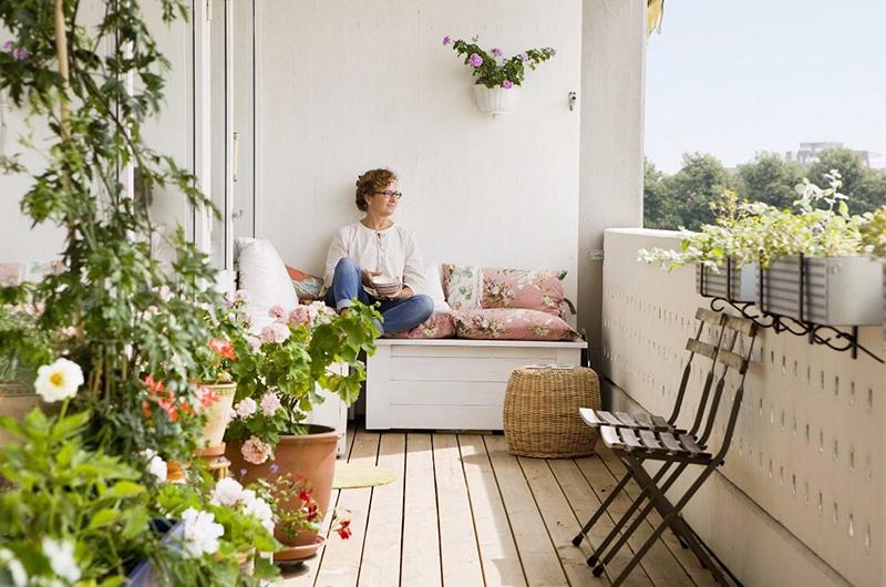阳台养花要注意什么?听听专业人士的建议。