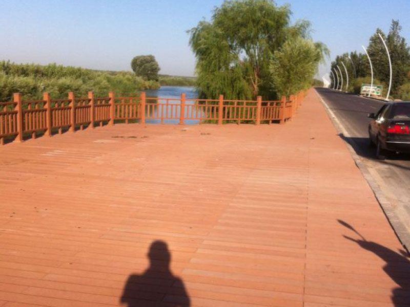 新疆伊犁河畔-塑木栈道