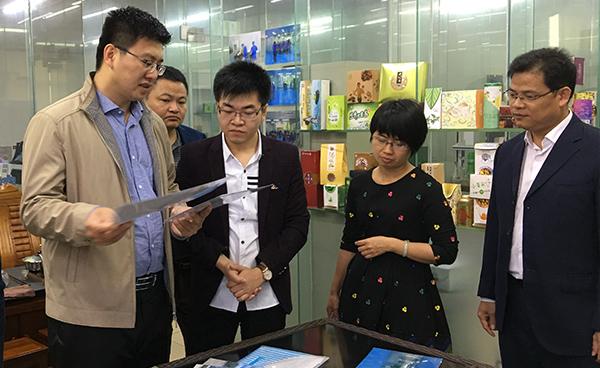 广西防城区考察团在草粤行现场了解袋泡茶流程