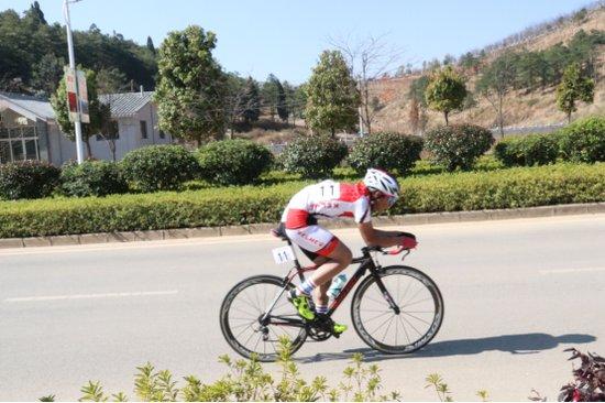 全省青少年自行车冠军赛在云南马龙...