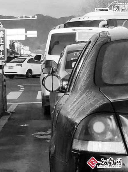 奇葩司機用家用化妝鏡制作車輛后視鏡 交警...