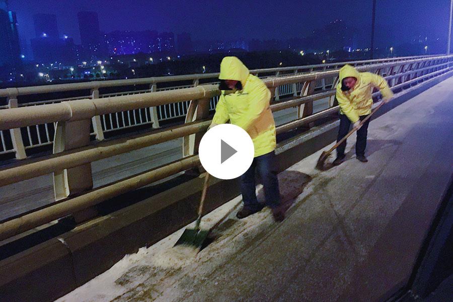 直播:迎战风雪!长沙道路连夜撒盐除冰