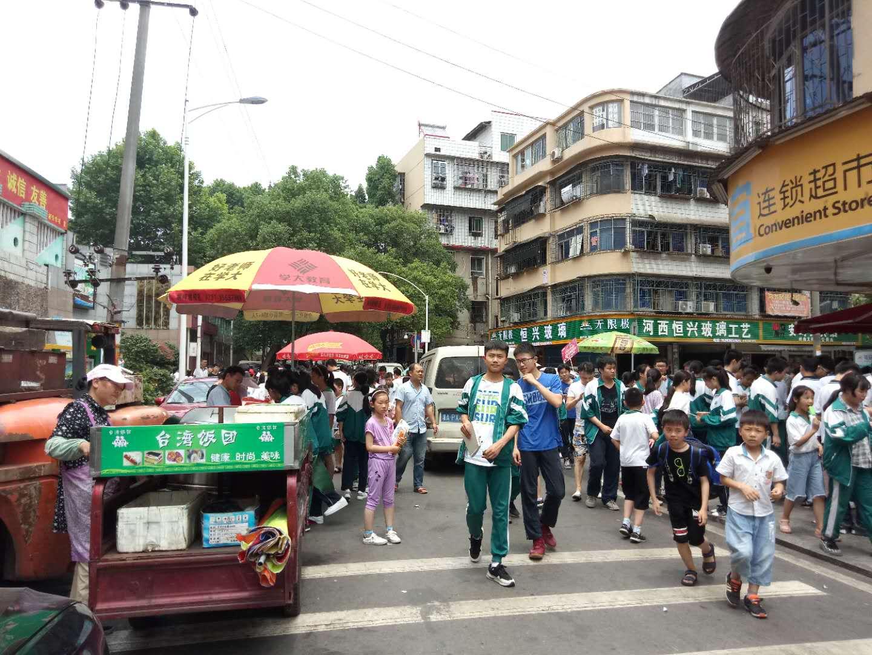 家长投诉:湘仪学校门口摆摊设点严重;城管...