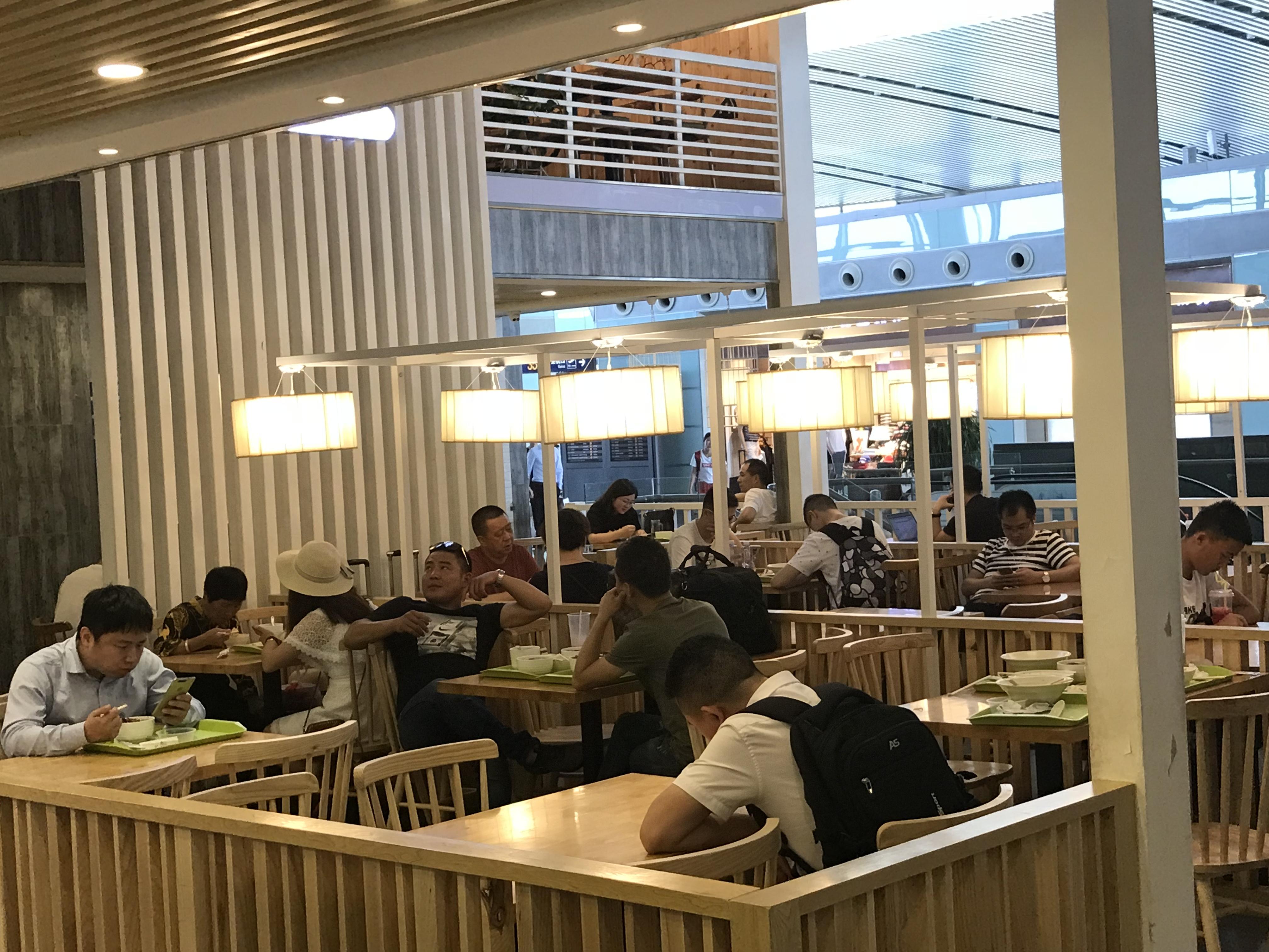 """机场餐饮""""同城同价"""",到底跟谁比价"""