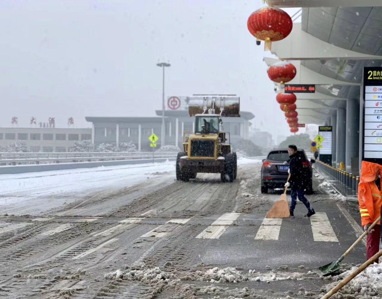 迎战冰雪丨刚刚,长沙机场恢复运行 第一架进港航班为EU2754三亚—长沙