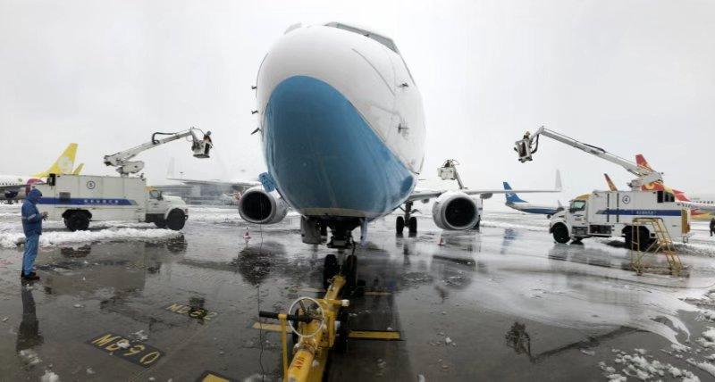 迎战冰雪丨滑行过程中机组反应现场条件未达起飞标准, 一架飞机返回机坪再次除冰