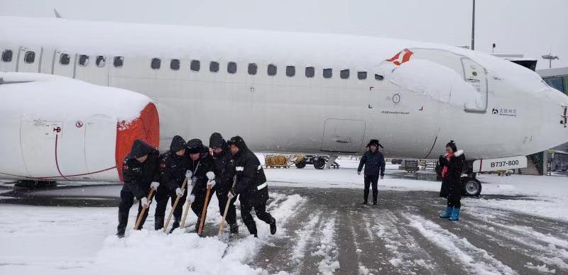 迎战冰雪丨 长沙机场保卫部每天安排三个梯队备勤为除冰雪做准备