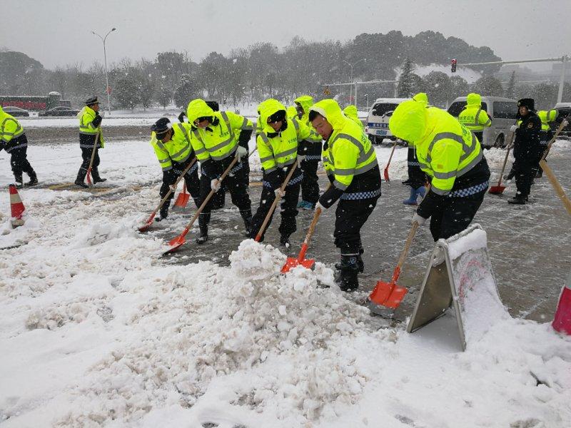 迎战冰雪丨长沙城管出动2.2万人上路除雪,已使用融雪剂500余吨