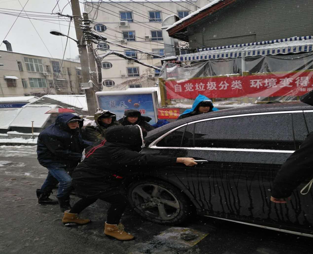 """迎战冰雪丨网格志愿者""""奋战一线""""   裕南街社区铲雪行动暖人心"""