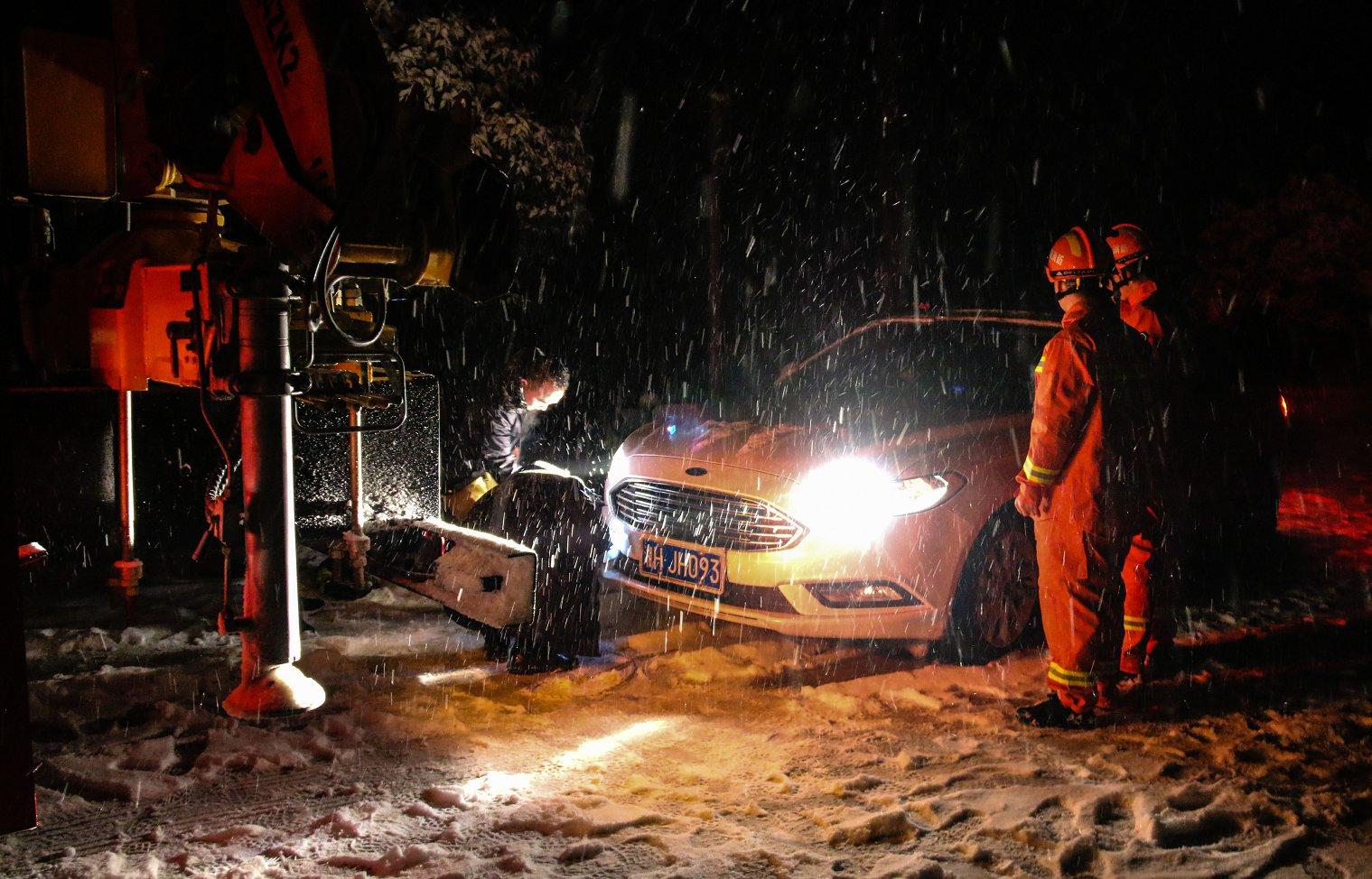 迎战冰雪丨 大雪封路,武陵源消防深夜救助3车9人