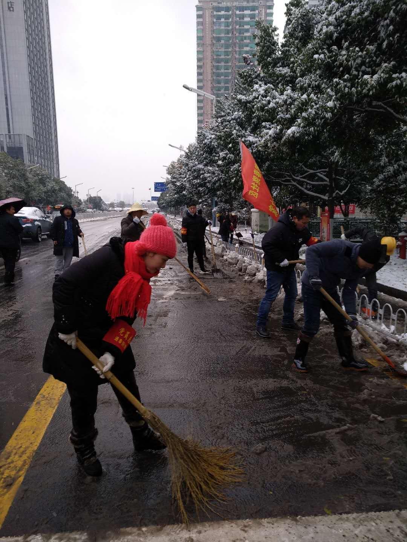 迎战冰雪丨 特别的日子,志愿者扫雪除冰中过生日