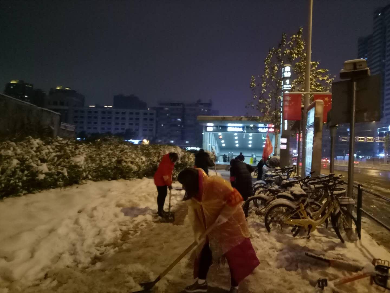 迎战冰雪丨路灯下的执着,就在雪后的湘雅路