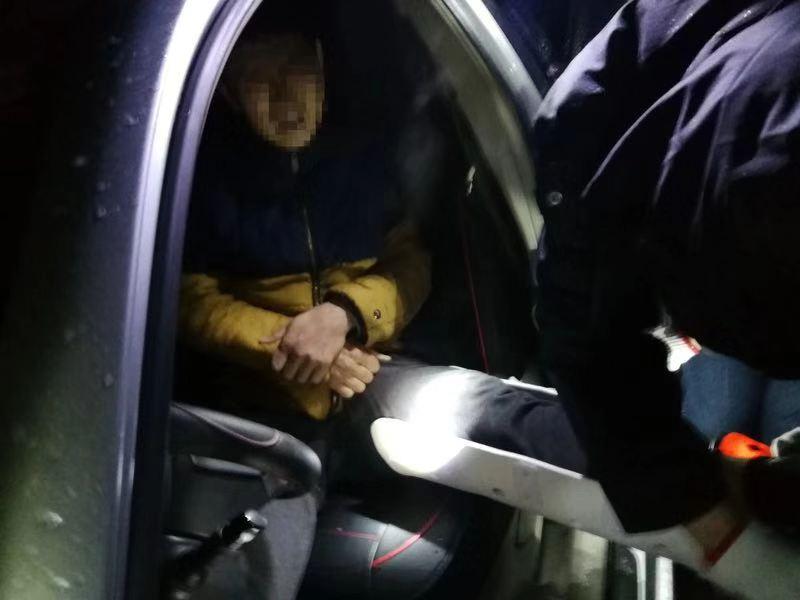 迎战冰雪 | 两车相撞司机被困,郴州公安5小时雪夜大营救
