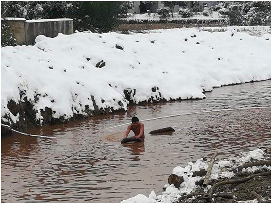 迎战冰雪 | 阀门被融化的雪水淹没,小伙子跳进水中关阀门