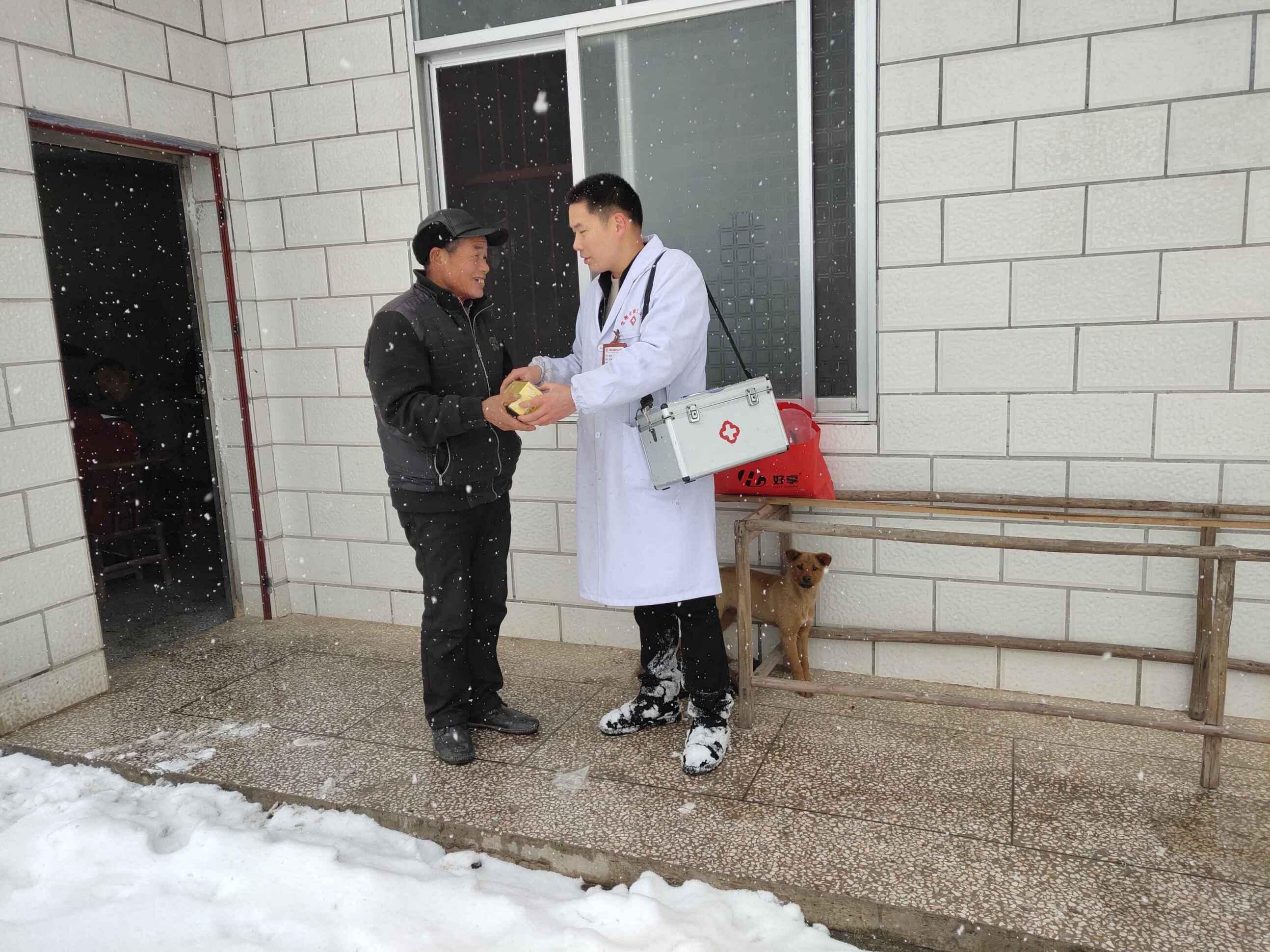 迎战冰雪 | 老人感冒几天,医生雪中送药
