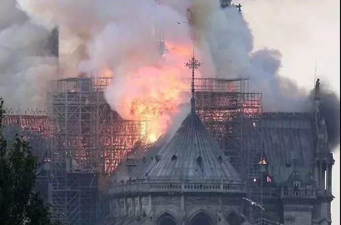 当地向导给本报发回现场视频:巴黎圣母院火灾后总体结构无太大变化