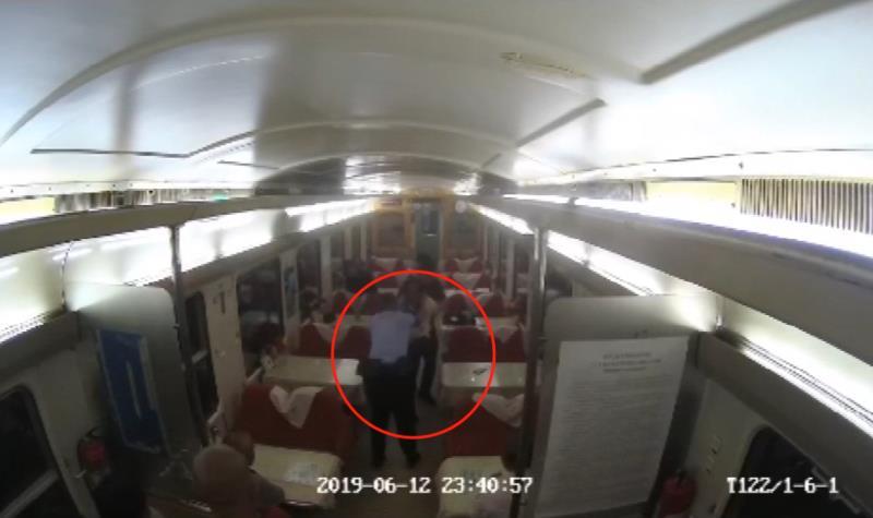 男子火车上一斤白酒下肚,撒泼打人还袭警