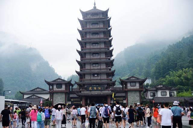 张家界迎暑期高峰,武陵源核心景区...
