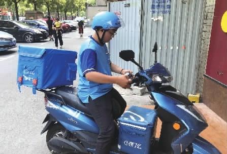"""外卖女骑手:等红绿灯最""""闲"""",一个月瘦3..."""