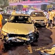 奥迪车凌晨失控,撞飞护栏又砸车