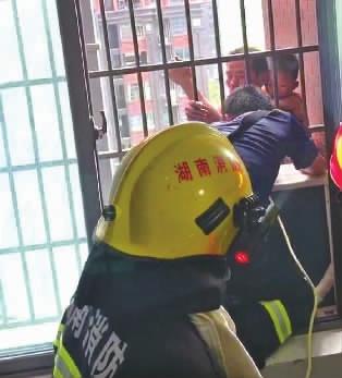家中失火,背着侄孙从8楼爬外墙逃生