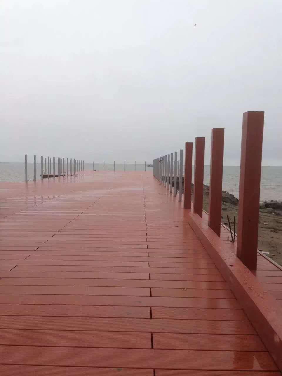 冠森塑木三年前的海边工程,依...
