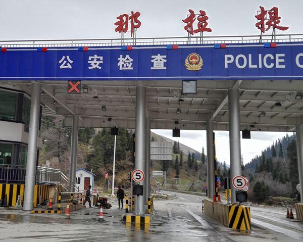 我司在新疆新源縣那拉提邊檢站安裝的車底安全檢查系統,積極維護了新疆的和諧和穩定?。?!