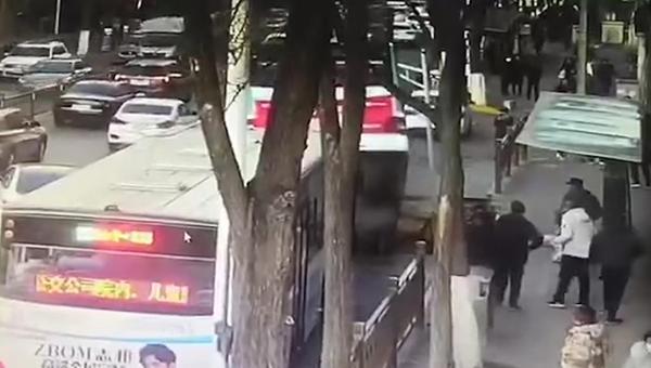 青海西宁路陷事故已找到6具遇难者...
