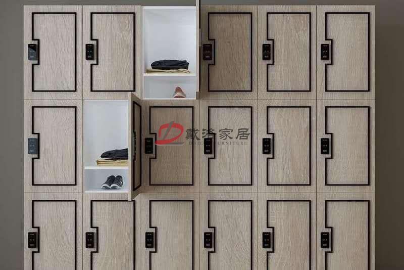 定制木質更衣柜健身房更衣柜原木色澤帶金屬飾條