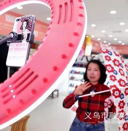 义乌故事 | 70后网红经营户,抖音粉丝十几万,一年卖伞200万把!