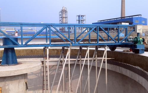 中心传动刮泥机适用于污水处理...