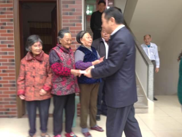 春节期间公司董事长向敬老院的老人们拜年