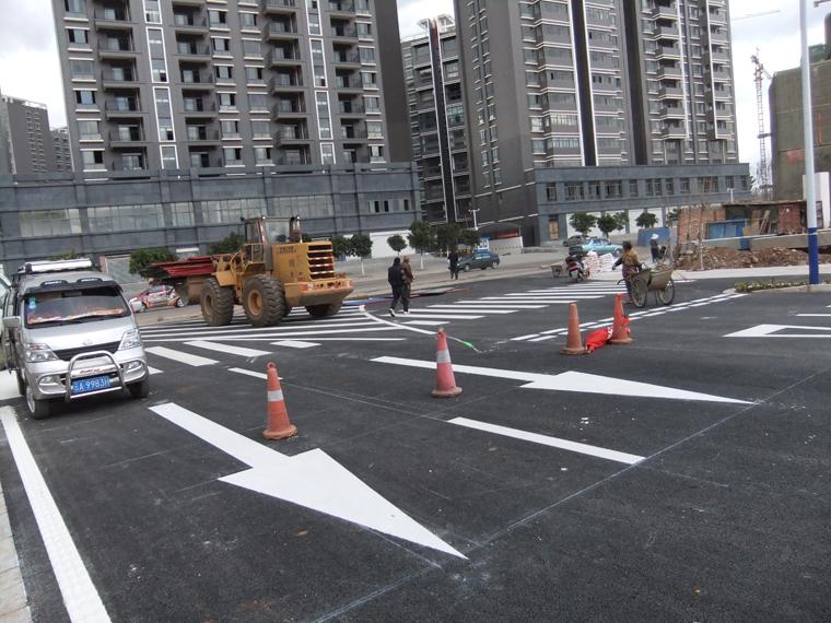 昆明市政道路路面标线施工1