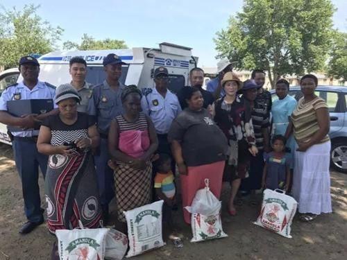 南非华人积极融入当地 警民捐助特困户