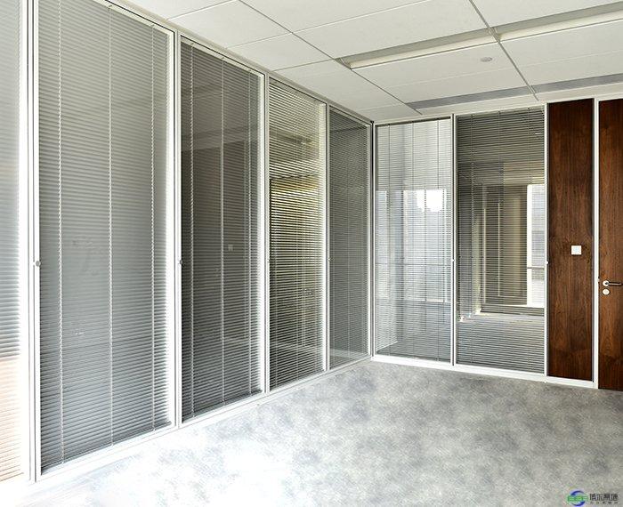 替換辦公高隔間玻璃隔斷的方法