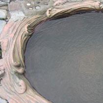 中华池位于露天竹林温泉内