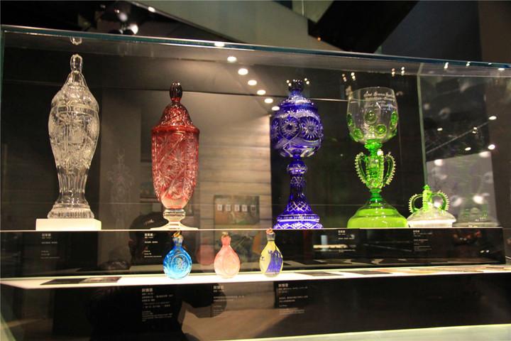 玻璃的颜色是怎么形成