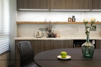 餐厅餐桌之上,烟火人生,餐厅延续客厅的整体格调,木质的餐桌增加质感。