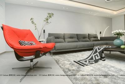 客厅以灰色调作为打底,褪去浮华的装饰,以灰为主,小面积的件物不同色系带起空间的节奏感-现代风格