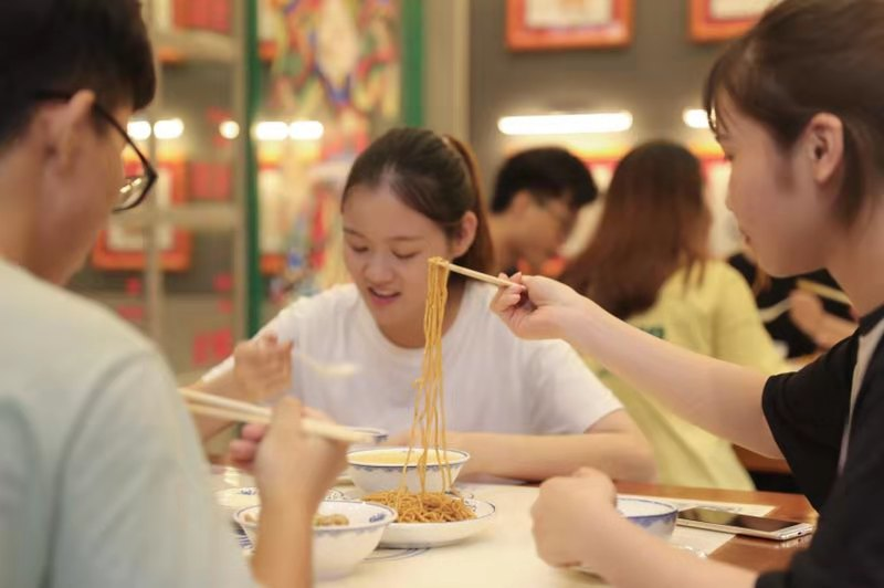 """粤掌门""""甜品+小吃""""是典型网红..."""