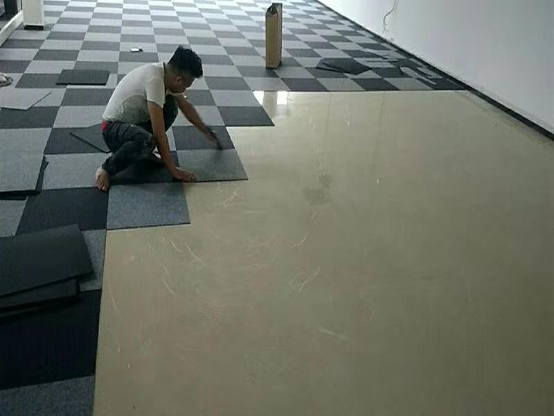 辦公室方塊地毯鋪裝案例,瓷磚上直接鋪地毯...