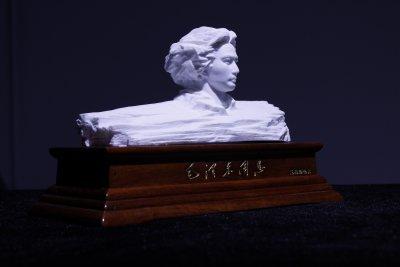 青年毛泽东雕塑陶瓷款