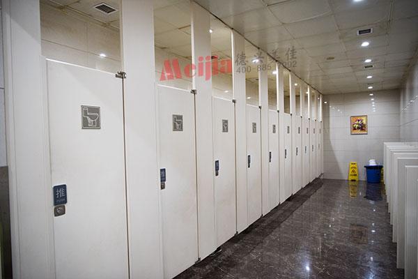 白色公共廁所隔斷