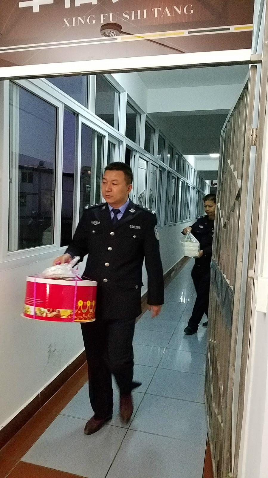 与禁毒大队一起为吸毒人员提供人道援助(陈发琳 市爱心义工社)